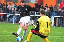Roudenský Nohava v zápase s Katovicemi před brankářem Tomášem Věnečkem: Roudné–Katovice 2:0.