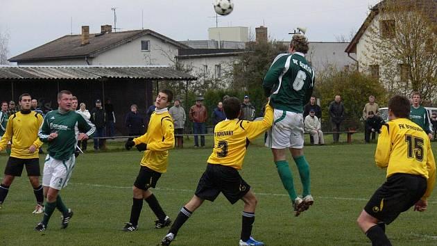 Domácí Radim Novotný (č. 6) v Ševětíně otevřel skóre utkání, na snímku ve výskoku hlavičkuje před Němcem.