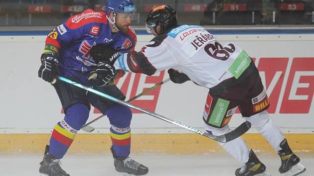 Hokejisté Motoru odehráli úvodní pohárový zápas letošní sezony v Praze na Spartě, kde prohráli 2:5. Na snímku Matouš Venkrbec (vlevo) v souboji s Radkem Jeřábkem. .