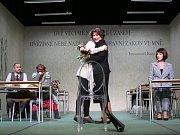 Boj rodičů s třídní učitelkou zachycuje hořká komedie Úča musí pryč!, kterou nově uvádí Jihočeské divadlo. Na snímku uprostřed Teresa Branna a Daniela Bambasová.