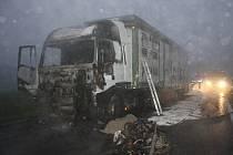 Při nehodě u Holkova zemřel motorkář z Budějovic. Muž se čelně střetl s kamionem, ten začal po nárazu hořet.