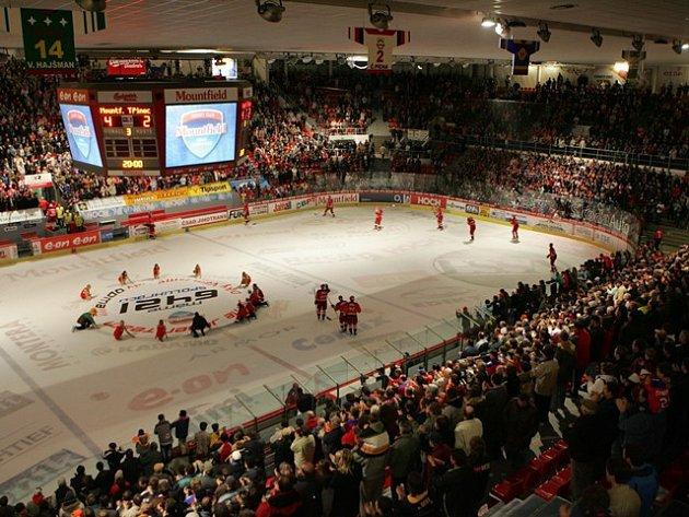Obrazovky nad kluzištěm zpestřovaly fanouškům hokejové zápasy v Budvar aréně  ještě v předminulé sezoně. V létě 2013  ji majitel, HC Mountfield, odstěhoval i s extraligovým klubem do Hradce Králové. Nyní se chystá nákup nové kostky.