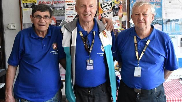 Předseda Autoklubu Písek Václav Kudrle (uprostřed) se svými spolupracovníky Milanem Brožem (vlevo) a Františkem Vaverkou. Foto: Jan Škrle