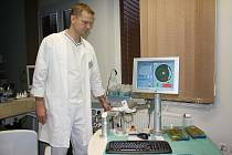Přístroj nové generace, femtosekundový laser Crystal Line, používají k operacím dioptrických vad lékaři českobudějovické kliniky Gemini. Na snímku primář Vladimír Chodura.