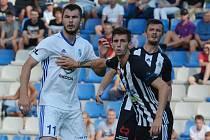 Nikolaj Komličenko, jenž dal v zápase s Dynamem všechny čtyři góly Mladé Boleslavi, v souboji s Lukášem Havlem.