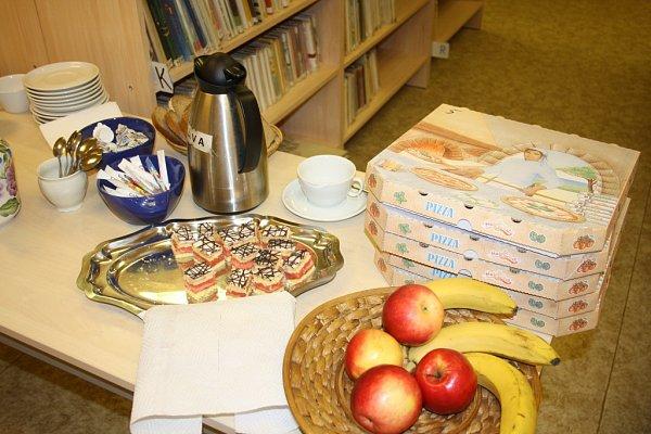 Maraton ve čtení dlouhý 24hodin pořádala ovíkendu knihovna vMalšicích na Táborsku, vznikl neoficiální jihočeský rekord. Na jakémsi minišvédském stole byly řízky, jednohubky, dortíky, koláčky, káva  ičaj.
