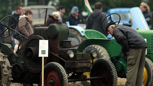 Setkání příznivců starých traktorů s ukázkami orby historickými stroji v Mahouši.