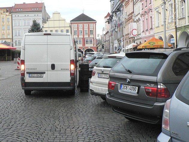 Vykládání zásob při současném způsobu parkování na českobudějovickém náměstí není vůbec jednoduché.