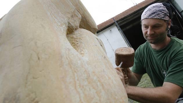 Francouz Nikol Auger dokončuje pískovcové torzo.