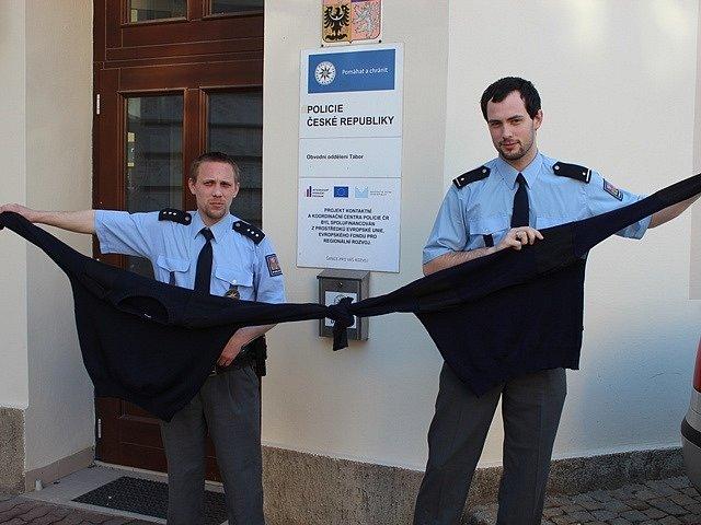 Policisté Jaroslav Král (vlevo) a Miroslav Borůvka použili k záchraně školačky dva svázané policejní svetry.