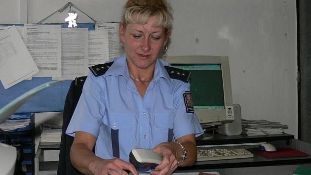 VRCHNÍ INSPEKTORKA. Radka Škvařilová je u Policie České republiky už šest let. Když odchází do práce, nikdy předem neví , co ji čeká, s jakými lidmi bude mluvit a jakou situaci řešit.