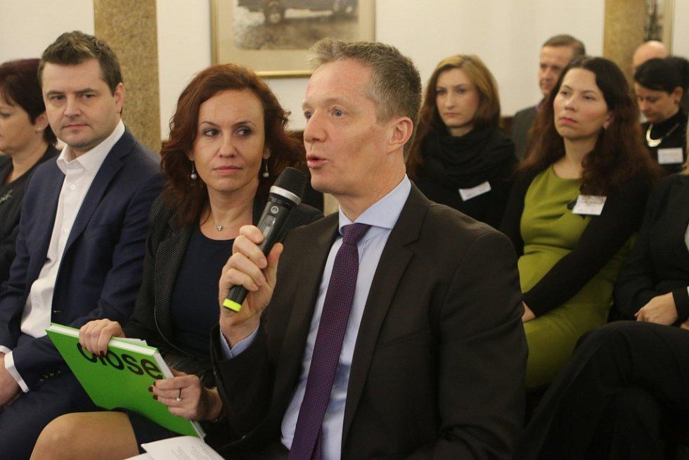 O nedostatku zaměstnanců technických oborů diskutoval s hejtmanem také Peter Jungwirth (vpravo) z vedení závodu Engel strojírenská spol. s.r.o. s tlumočnicí Evou Valentovou (uprostředú, vedle sedí Marián Kurc, ředitel a jednatel firmy Knürr s.r.o.