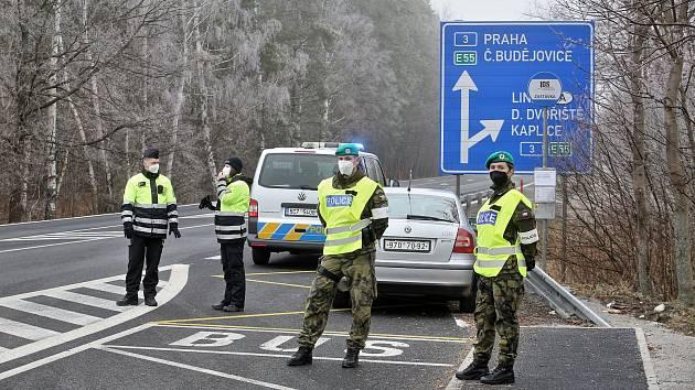 Policejní kontroly na hranicích jihočeských okresů 11. dubna skončily.