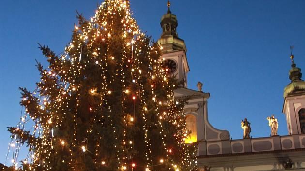 Vánoční stromy se na mnoha místech rozsvítí o prvním adventním víkendu.