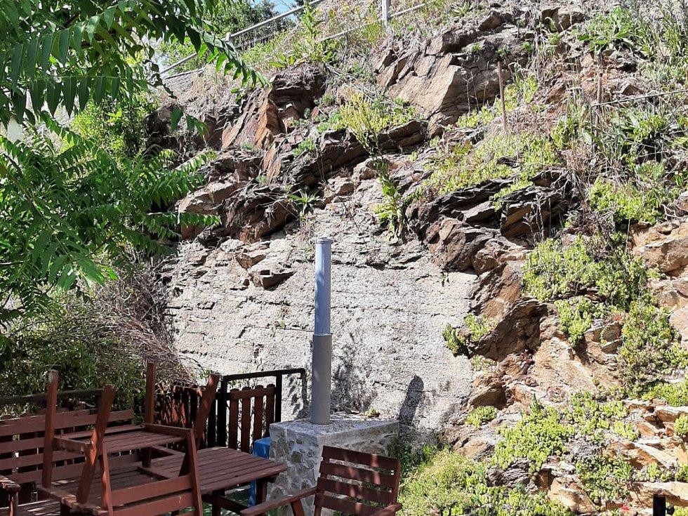 Zvětralý skalnatý masiv ve vltavotýnském Podskalí bude potřebovat sanaci.