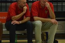 SOUSTŘEDĚNÍ. Trenéři basketbalového Jindřichova Hradce Karel Forejt (vpravo) a jeho kolega David Musil (vlevo) pro své hráče na krátkém kempu v Nové Včelnici hledají především psychické odreagování.