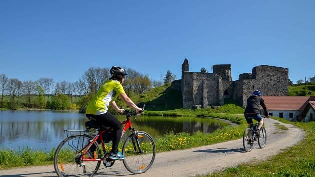 Cyklisté míří na zříceninu hradu v Borotíně u Tábora. Tento kraj měl rád i básník K. H. Mácha.