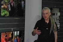 Fotograf Václav Vašků při vernisáži výstavy v knihkupectví.