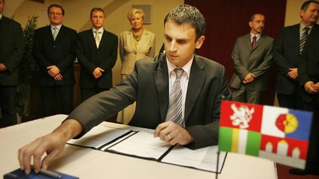 V Českých Budějovicích v hotelu Malý pivovar byla ve středu podepsána koaliční dohoda mezi ČSSD a ODS, pravděpodobný budoucí hejtman Jiří Zimola při podpisu dohody.