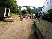 Nebývalý ruch na břehu Vltavy pod známým mostem. Točí se.