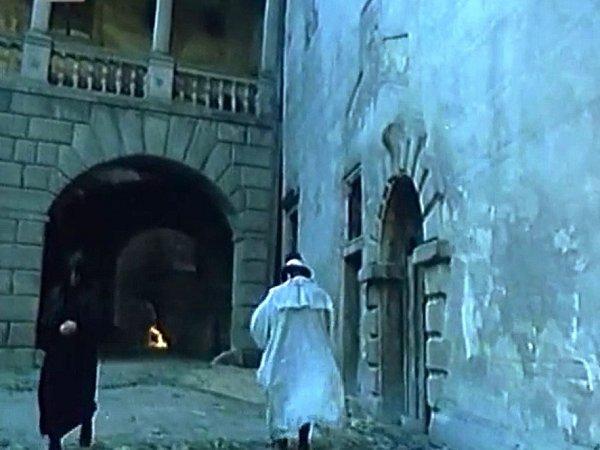 Jessenius (vbílém) míří krohu gotického křídla a malým arkádám na III. nádvoří hradeckého zámku.
