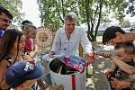 Vědecký pracovník Václav Krištůfek naučil děti v BosoNoze, jak se vytáčí med.