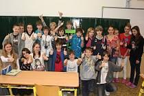 Na základní škole Oskara Nedbala hlasovala většina žáků. V 6. A, odkud je fotografie, pak alespoň jednou klikl a táhl tak svou školu za prvním místem úplně každý. Nemohlo tak chybět vítězné gesto.
