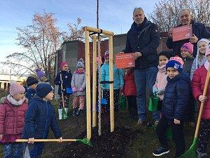 """Ve středu se v Hluboké nad Vltavou uskutečnilo slavnostní otevření projektu """"Výsadba dřevin Pod Pilou - Barokní kříž v lokalitě na Křesíně. Toho se účastnily i děti zde zdejší mateřské školy."""