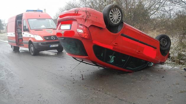 Při čtvrteční nehodě na namrzlé silnici u Olešníka se převrátila na střechu Škoda Fabia Combi. Zdravotníci odvezli jednu zraněnou osobu.