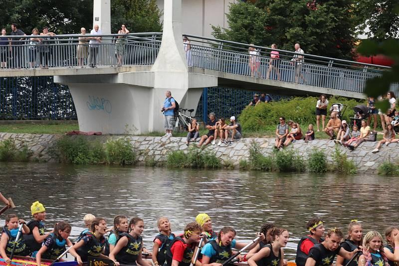 Draci mezi mosty v Českých Budějovicích, šestý ročník soutěže dračích lodí na soutoku.