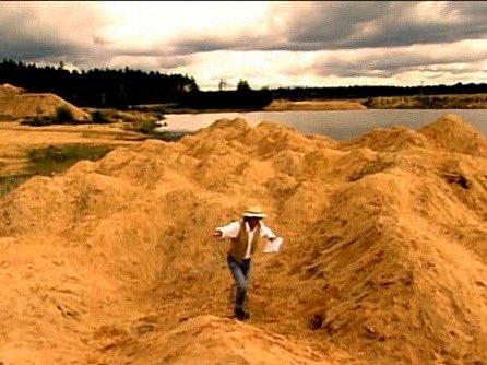 Duny na pískovně zdolává Bolek Polívka. Specifický výtvarný ráz krajiny dokázal evokovat dojem moře.