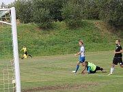 Fotbalisté Ševětína (v černých dresech) podlehli Olešníku 0:3 a první bod v krajském přeboru jim stále uniká.