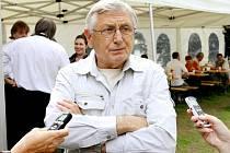 Režisér Jiří Menzel v Táboře při rozhovoru o natáčení filmu Sukničkáři.