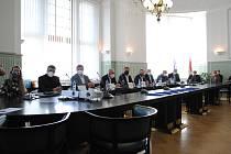 Smlouvy podepsali hejtman Martin Kuba a Robert Krigar (GW BUS), Jakub Vyskočil (BusLine pro Jihočeský kraj) a Peter Schmolmüller a Vladimír Homola (ČSAD AUTOBUSY České Budějovice).