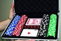 Kufřík na hru poker obsahuje samotné karty, žetony a kostky.