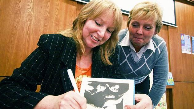 Lenka Lanczová včera (vlevo) podepisovala své knihy v Českých Budějovicích. Nedočkavé čtenářky tu navíc potěšila zprávou, že již 6. prosince vyjde další román s názvem Třináctá komnata. O čem bude, však odmítla prozradit.