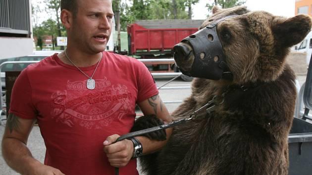 V představení Národního cirkusu originál Berousek nechybí ani medvědi.