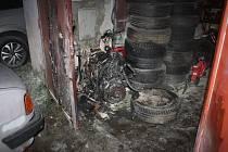 Páteční požár garáže v Týně nad Vltavou skončil odnesli popáleninami dva chlapci.