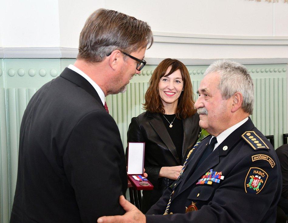 Předávání pamětních medailí jihočeským osobnostem, které dlouhodobě podporují dobrovolné hasiče. Na snímku je emeritní starosta SDH JčK Václav Žižka se zástupci firmy Essox.