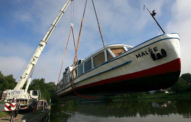Na silnici mezi Týnem nad Vltavou a Hlubokou nad Vltavou mohli 18.srpna řidiči potkat těžký náklad. Po trase se vezla pětapadesátitunová motorová výletní loď jménem Malše, kterou technika naložila na tahač u mola v Týně. Loď se stěhovala z