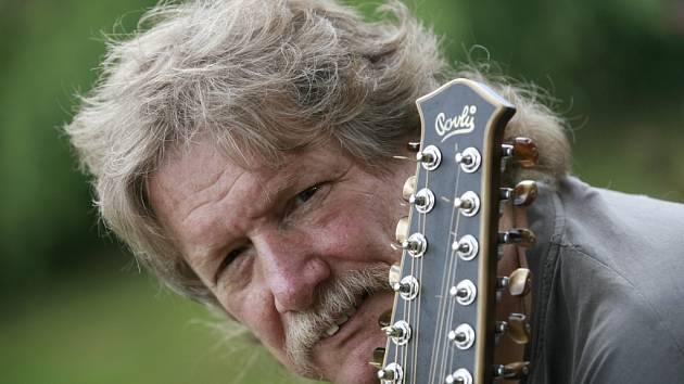 Folková skupina Nezmaři z Českých Budějovic slaví 35 let. Pavel Zajíc je jediný, kdo v ní zůstal z původní sestavy.