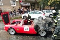 Historický automobil v pátek vzplál v krajském městě.