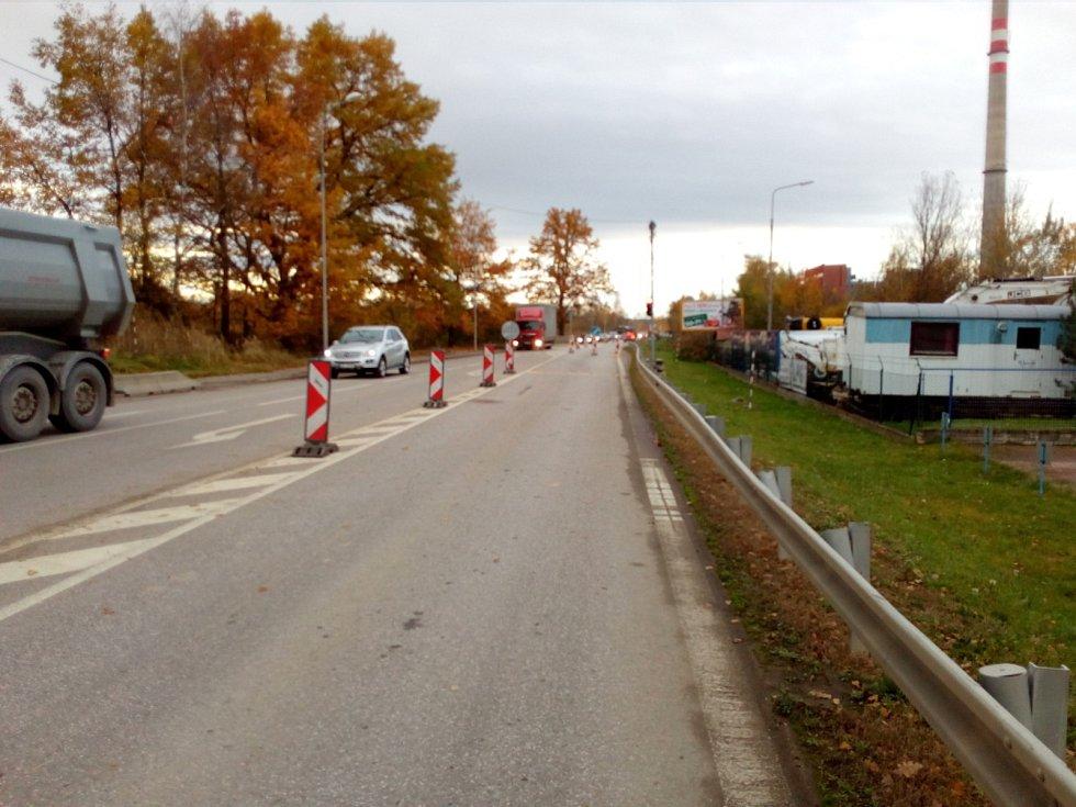 Uzavírka v Okružní ulici v Českých Budějovicích. Jeden jízdní pruh zabrala stavba horkovodu. Řidiči neprojedou ve směru od Trocnovské k Rudolfovské.