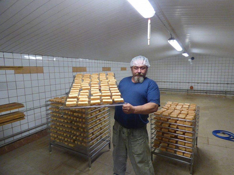 Druhým rokem vyrábí Jan Bareš různé pochutiny v Sýrárně Bratří Brunnerů v Jarošově nad Nežárkou.