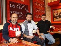 Historii ve své restauraci Družstevní dům v Suchém Vrbném připomínají Miroslav Beran a David Ondriš. Na snímku je s nimi i kuchař Richard Korotvička (uprostřed).