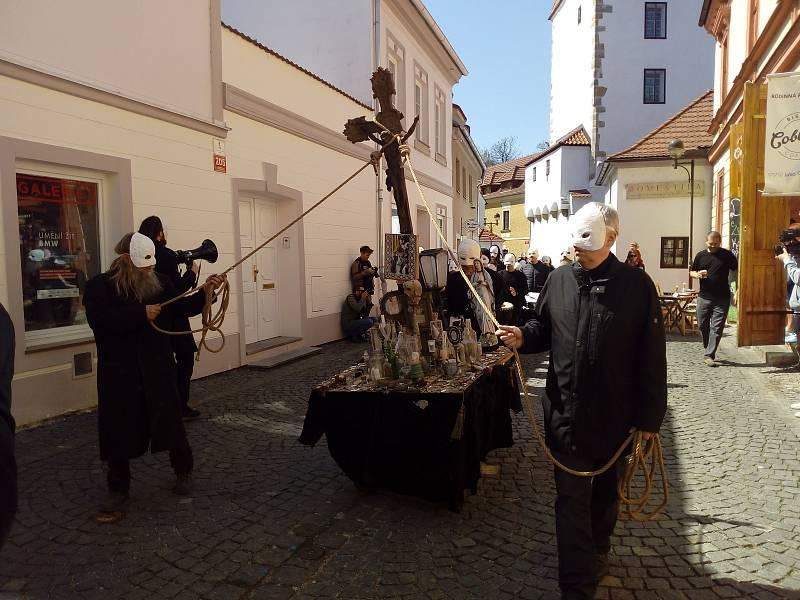Na Velký pátek lidé sledovali průvod městem Velikonoční hrkání Divadla Víti Marčíka. Ve 12 h hrkání symbolizovalo Golgotu.