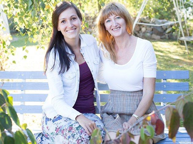 S projektem Vílí stezky vyhrála Alena Kučerová (vlevo) letošní regionální kolo soutěže T-Mobile Rozjezdy. Na snímku je s Irenou Kovářovou, majitelkou Ukázkové přírodní zahrady v Rudolfově.