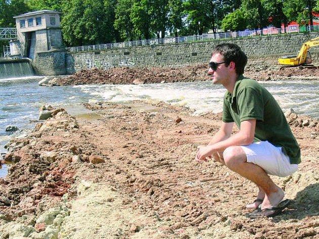 Stavbu obratiště pro lodě, které vzniká v rámci projektu splavnění Vltavy  pod Jiráskovým jezem v Českých Budějovicích, nedávno přerušila a také poškodila velká voda.