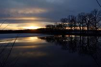 Západ slunce nad Starým vrbenským rybníkem v Českých Budějovicích