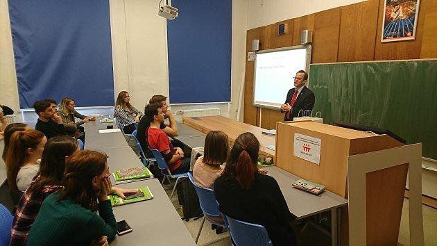 Práci ambasády USA vČR představili její zaměstnanci studentům českobudějovického Gymnázia J. V. Jirsíka.